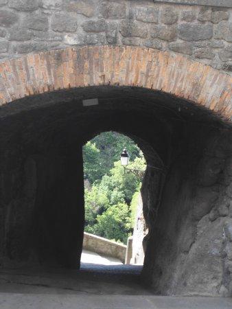 Vitorchiano, Italia: pertugio verso le mura