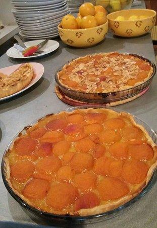 Terrasson-Lavilledieu, France: Apricot tarts freshly made