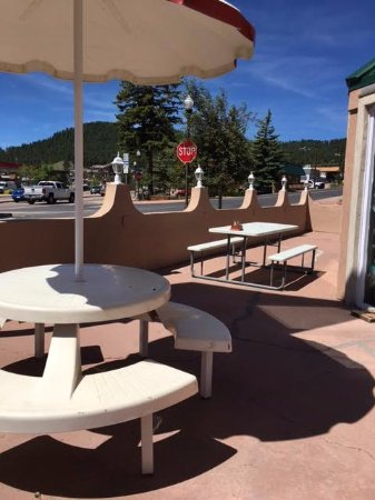 Woodland Park, CO: Where's the nice patio furniture - junky and dirty.