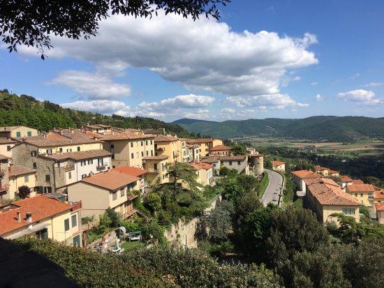 Piazza Garibaldi: Panorami sulla Valdichiana e parte dell'abitato
