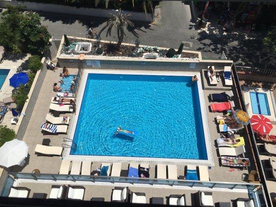 Kleopatra Life: Завтрак, бассейн, слева в углу - бассейн для деток- больше детских развлечений нет! Собаки на пл