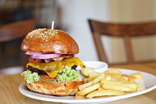 Celadna, Czech Republic: Hovězí burger se steakovými hranolkami