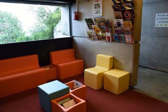 Solutre-Pouilly, Frankrijk: Un espace lecture accessible à tous au cour de la visite
