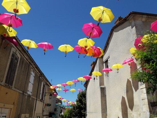 Saint-Astier, Frankrike: Déco actuelle face au restaurant Juin 2017