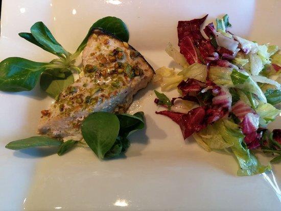 Casteldaccia, Italia: Trancio di pesce spada e insalatina mista