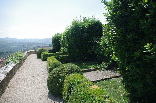 Serralunga d'Alba, Italy: Il giardino dove si godono panorama e tranquillità