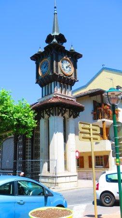 Évian-les-Bains, Francia: l'horloge près de la fontaine