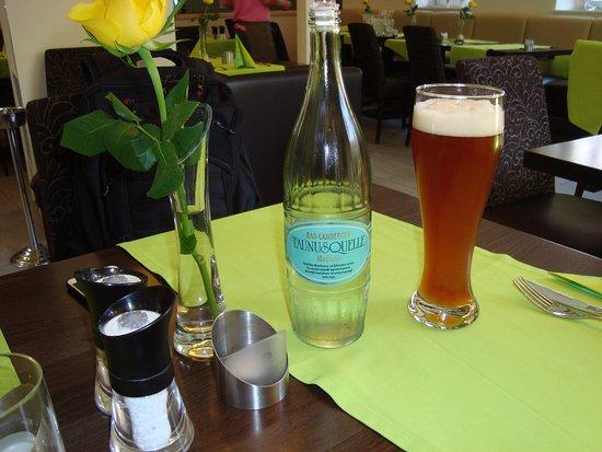 Wachenheim an der Weinstrasse, Tyskland: Belíssima garrafa de água mineral!