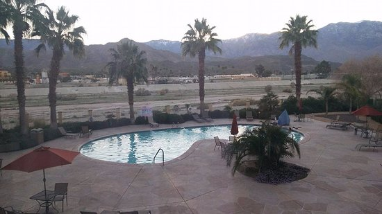 Holiday Inn Express Cathedral City (Palm Springs): Pool area at Sunset