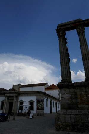 Pousada Convento de Évora: Outside with a view of the roman temple