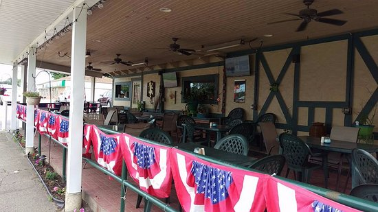 Marion, IA: Outdoor area with tv's