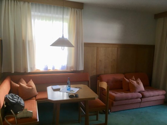 Sitzecke mit kleiner bettcouch bild von posthotel r ssle for Kleine bettcouch