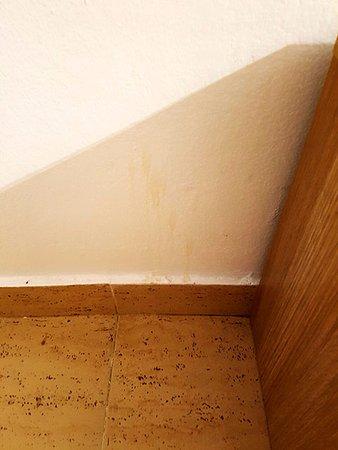 هوتل بلايا دورو: Drip marks on the wall alongside bed
