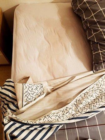 هوتل بلايا دورو: Wet patch on the bed