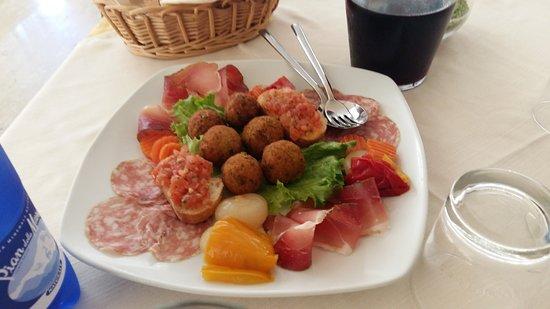 Grumolo Delle Abbadesse, Italia: Antipasti misti con 3 tipi di polpettine, speck, crudo, sopressa, peperoni e cipolline e brusche