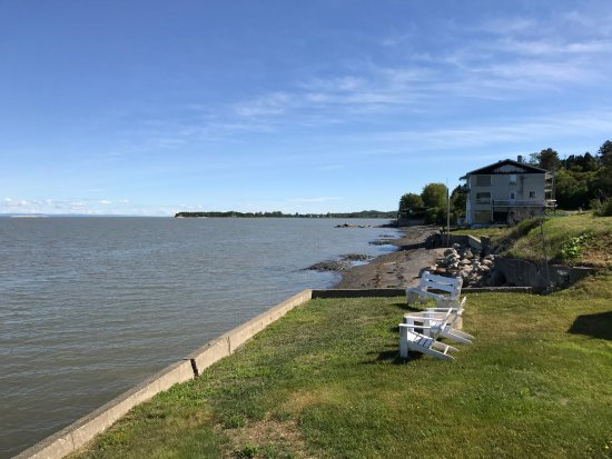 Notre-Dame-du-Portage, Canada : View from the back of the hotel