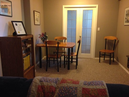 Arbor Bed and Breakfast: Guest lounge with eating area