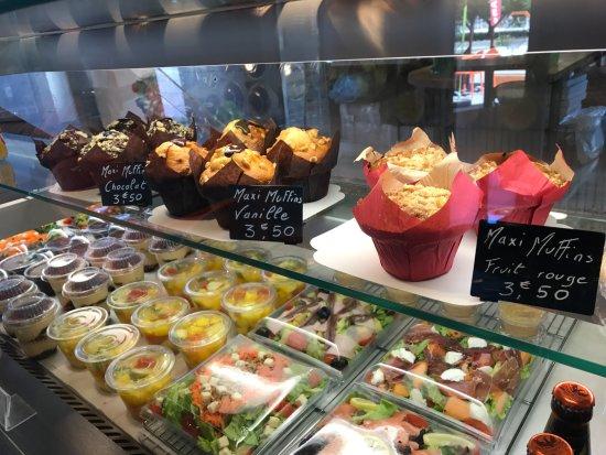 Sevrier, France: Vitrine Dessert / Salade a emporter
