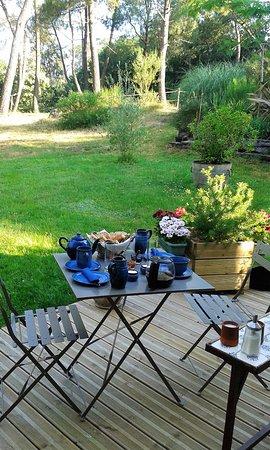 Serent, Frankrike: petit déjeuner terrasse est