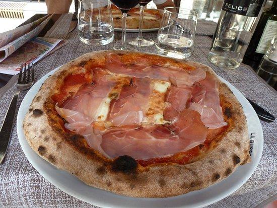 La Bussola: pizza tomate mozza prosciutto