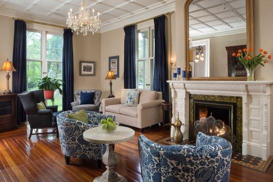 Landmark Inn: Elegant parlor
