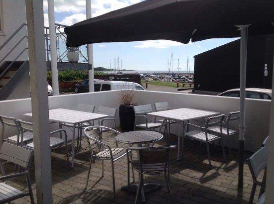 Langeland, เดนมาร์ก: Vores lækre terrasse med udsigt over havnen og havet