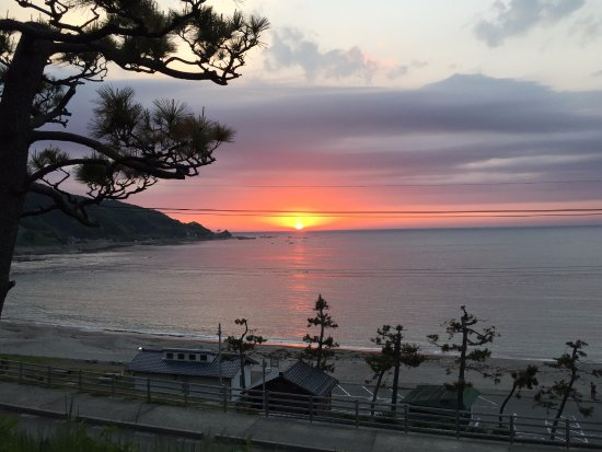 Wajima Yashio: 部屋から見る夕日