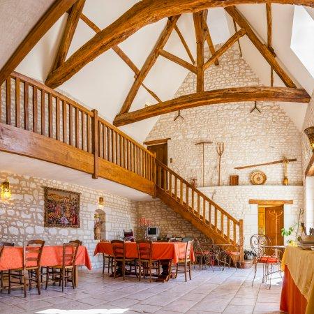 Ligre, France: Ancienne grange transformée en salle des petits déjeuners