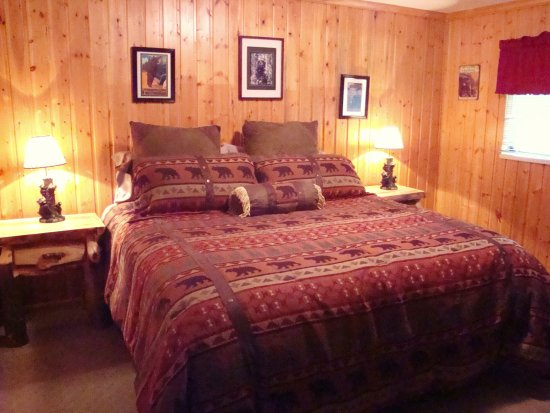 Yellowstone Wildlife Cabins: Bear Cabin KB bedroom