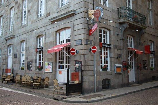 Le Boujaron Restaurant Rotisserie BAr: op de hoek aan de haven binnen de muren