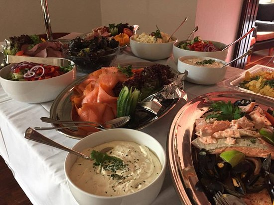 Evje, Norwegia: Søndagsbuffet med varm og kald mat.