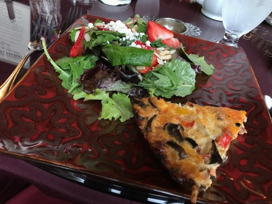 Mount Vernon, WA: Quiche and lemon poppyseed salad w/strawberries, yummy!
