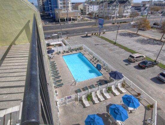 سي باي هوتل: Balcony view from East Building facing South. 