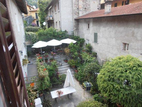 Dongo, Italy: vista angolo colazione dalla finestra di una camera