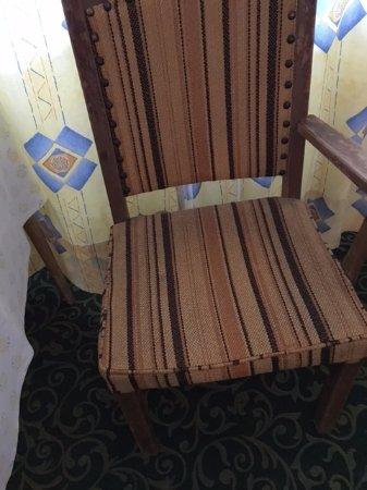 Axams, Österreich: Broken arm of 2nd chair as well