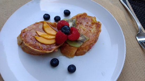 Addison, PA: Hartzell House: French Toast stuffed with chevre and berries