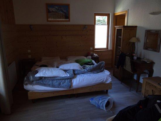 Panoramic Village (Chalets de la Meije): Ruime kamer met heel goed bed