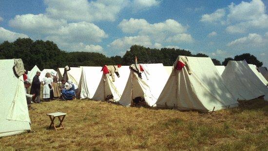 Waterloo, Belgia: Re-enactors set up tents