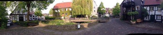 Herdecke, Γερμανία: Kastenbett im Einzelzimmer  Enge Wendeltreppe in die OG Brücke über Bachlauf neben dem Hotel Tec