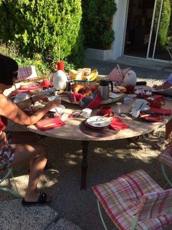 Carpentras, France : bij mooi weer wordt het ontbijt buiten geserveerd
