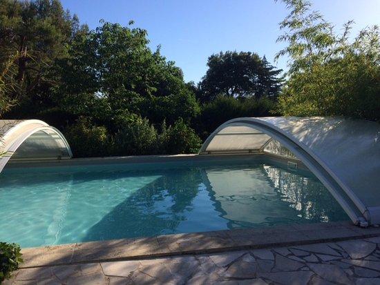 Carpentras, France : heerlijk even afkoelen in het zwembad
