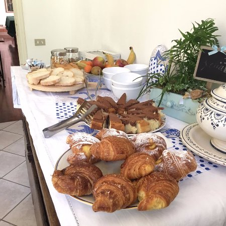Bientina, إيطاليا: La nostra ricca colazione salata e dolce