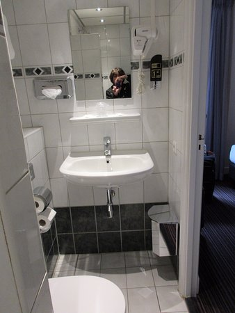 Hotel Luxer: Room 205 Bathroom