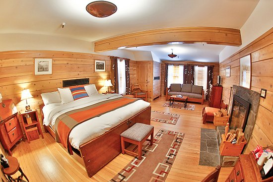 Timberline Lodge, OR: Timberline's Fireplace rooms are spacious, warm, and inviting.