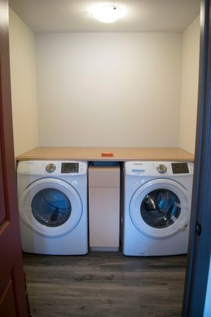 Dead Man's Flats, Kanada: Family suite in-suite laundry.