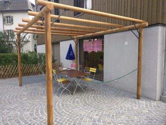 Naters, Suisse : Die Pergola vor dem Café