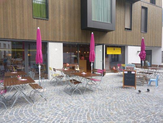 Naters, Suisse : Auf dem Vorplatz laden Sitzgelegenheiten zum Verweilen ein