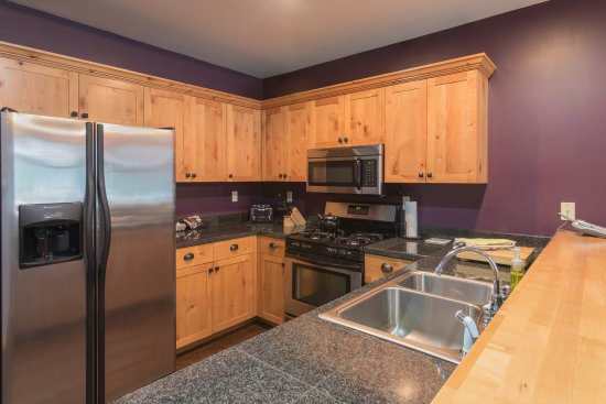 The Lodge at Government Camp: Unit 8 Kitchen, fully-equipped with everything you need for a gourmet meal.