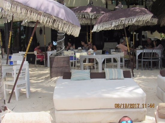 El Taj Oceanfront & Beachside Condos Hotel: Day bed with umbrella