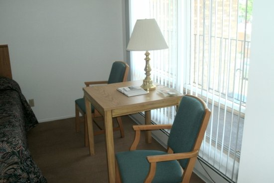 Budget Host Cloverland Motel: Every room has a table and 2 chairs by the window!